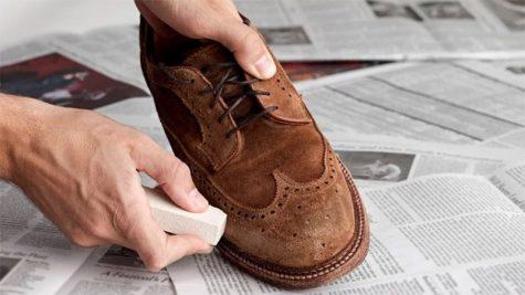 Cách vệ sinh giày da lộn mà không cần bàn chải chuyên dụng