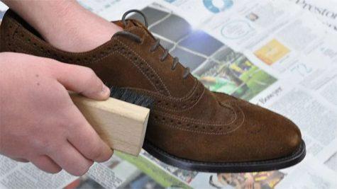 Cách vệ sinh giày da lộn khi không có chất tẩy rửa chuyên dụng