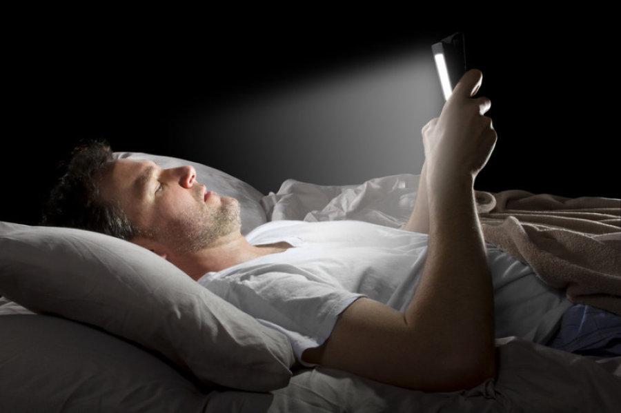 Sử dụng thiết bị công nghệ trước khi đi ngủ