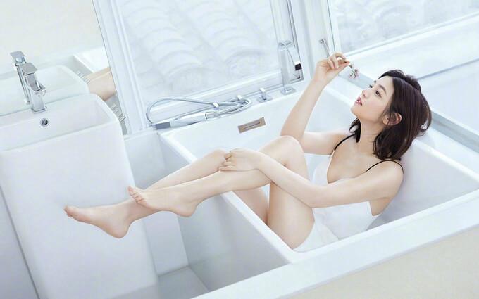 """""""Tiểu Long Nữ"""" Trần Nghiên Hy cũng trải nghiệm phong cách sexy sau nhiều năm gắn bó hình ảnh thanh lịch, kín đáo."""