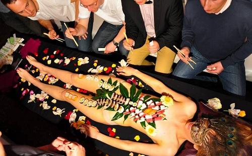 Những người mẫu sushi có khi che mặt, có khi không.
