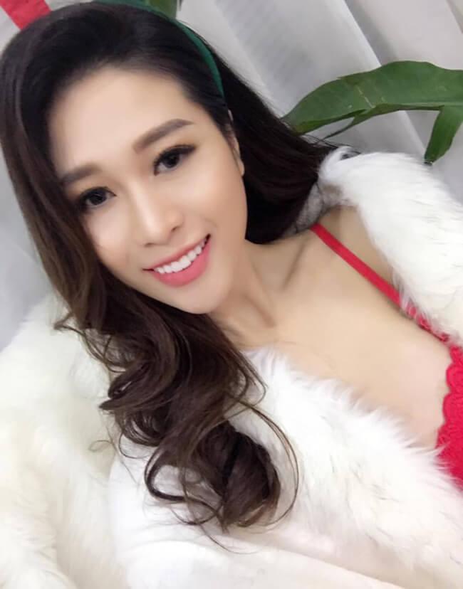 Người đẹp có lợi thế gương mặt khả ái và thân hình gợi cảm.