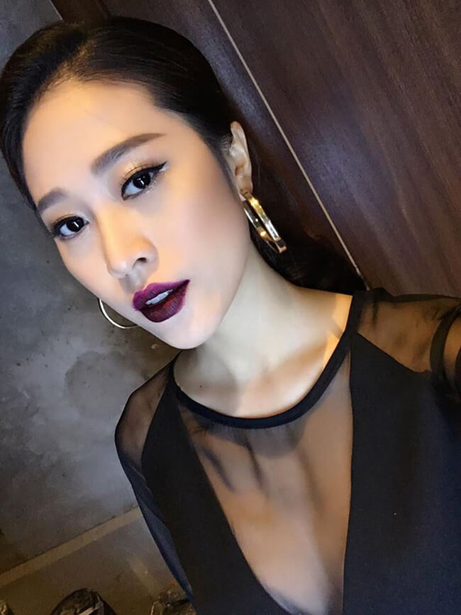 Cẩm Nhung khoe được vẻ quyến rũ vòng một trong những bức ảnh selfie (tự chụp).