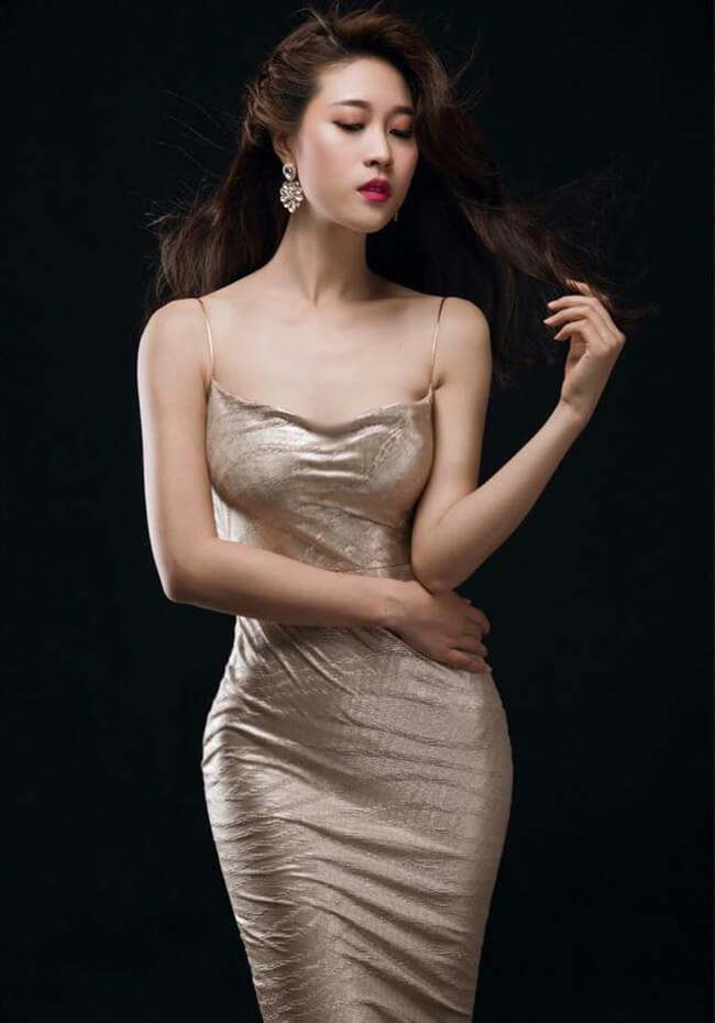 Vẻ gợi cảm hình thể là lợi thế giúp người đẹp này nhận được nhiều lời mời đóng phim, làm người mẫu.
