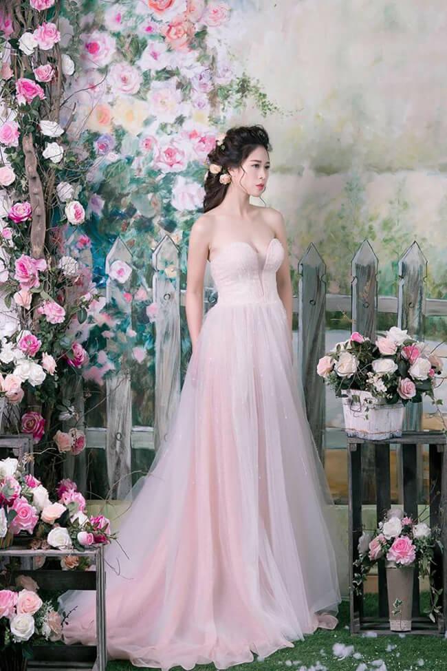 Trong các bộ ảnh thời trang, Cẩm Nhung vừa khoe được chiều cao lý tưởng vừa phô diễn vẻ sexy vốn có.
