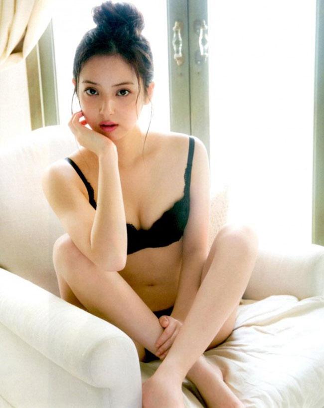 Kinh nghiệm làm mẫu ảnh từ năm 14 tuổi đã giúp Nozomi Sasaki có được những khoảnh khắc gợi cảm và cuốn hút.
