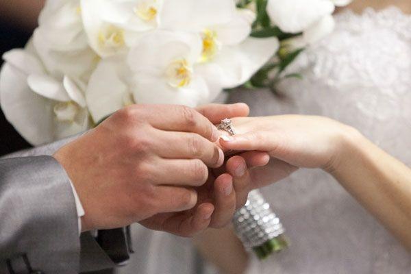 Theo quan niệm xưa, nhẫn cưới phải là nhẫn trơn và cặp đôi chỉ được đeo khi đang làm lễ thì gia đình mới hạnh phúc và không bị xáo trộn.