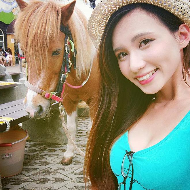 """Theo Soranews24, cô nàng mẫu chân dài hiện đang sở hữu một lượng fan hâm mộ ngày càng tăng ở Nhật Bản, không chỉ với ngoại hình xinh xắn """"đốn tim"""" mà còn là ở đôi chân dài miên man của Candice."""