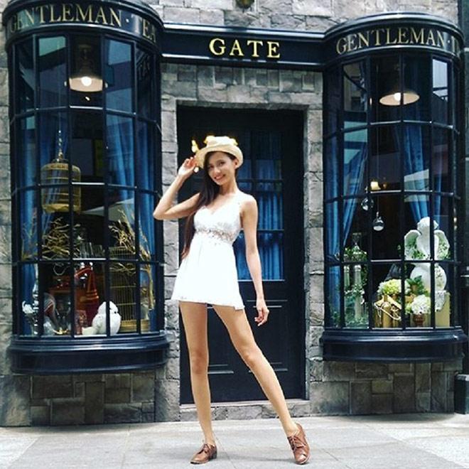 Candice thường xuyên chụp ảnh với những pose dáng làm tôn lên đôi chân nổi bật không tì vết của minh trên Instagram