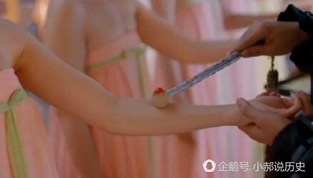 """Thủ cung sa được biết là vết đỏ xuất hiện trên tay của những nữ nhân để chứng minh sự trinh trắng của họ và nó sẽ không bao giờ biến mất cho đến khi nữ nhân đó chính thức trở thành """"đàn bà"""". (ảnh minh họa)"""