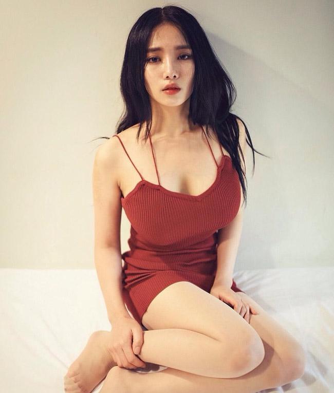 Và rất hiếm khi Yu Han xuất hiện trong bộ váy gợi cảm như thế này.