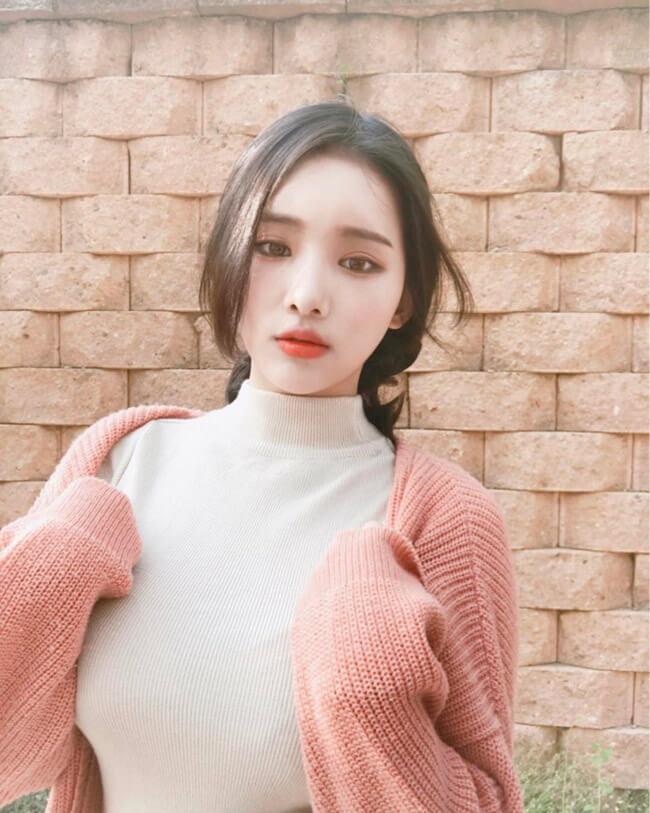 """Nhiều người cho rằng, hình thể S-line tuyệt đẹp của Yu Han chỉ là sản phẩm của """"dao kéo"""" hoặc photoshop."""