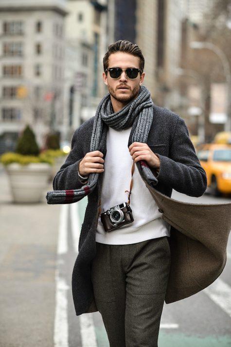 Chỉ với thao tác quấn khăn 1-2 lần quanh cổ và vắt gọn phần khăn thừa là bạn đã có style cho riêng mình.