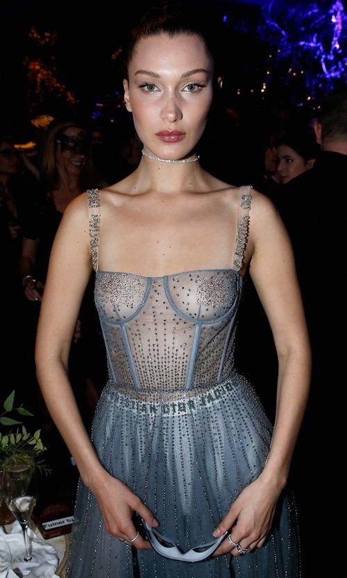 """Xuất hiện trong show diễn của nhà mốt Christian Dior hồi đầu năm, Bella Hadid gây choáng với chiếc dầm xuyên thấu, lộ rõ vòng 1 không """"khủng"""" nhưng đủ khiến người ta đỏ mặt vì không mặc bra bên trong."""
