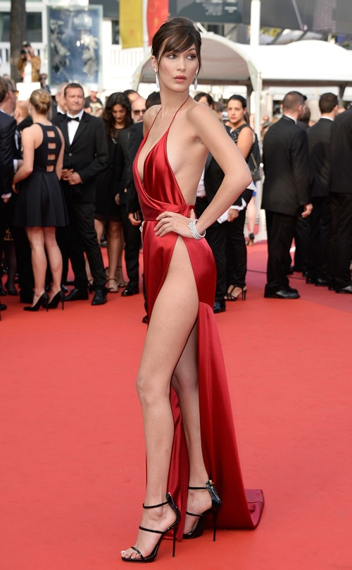Chiếc đầm tại Liên hoan phim Cannes 2016 khiến Bella trở thành đề tài bàn tán suốt một thời gian vì độ táo bạo. Không mặc áo lót đã đành, chân dài khi ấy mới 19 tuổi cũng chẳng ngần ngại quên cả underwear ở nhà trong khi diện chiếc váy xẻ cao quá mức.