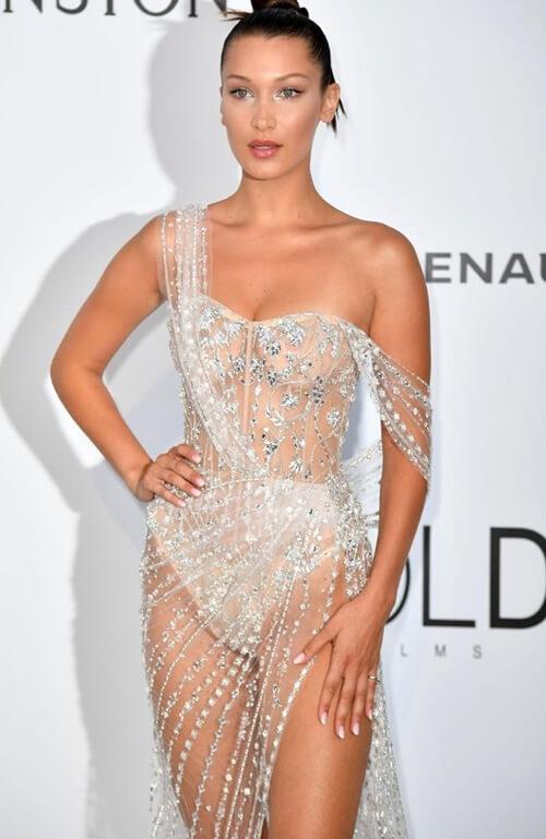 """Tại Cannes năm nay, nàng mẫu đứng thứ 9 trong danh sách 10 người mẫu """"cá kiếm"""" nhất năm 2017 cũng chẳng kín đáo hơn là bao. Thiết kế trong suốt đã tố cáo chủ nhân không thèm dùng đến cả miếng dán ngực chứ đừng nói là nội y."""