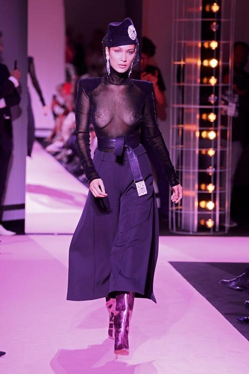 """Luôn sẵn sàng """"mặc như không"""" trong các show thời trang, lần này là show Haute Couture của Alexander Vauthier, bảo sao Bella Hadid không thành """"con cưng"""" của các thương hiệu?"""