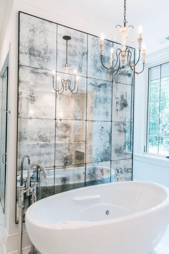 Bức tường bằng gương trong nhà tắm