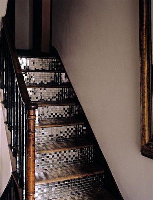 Cầu thang gắn gương