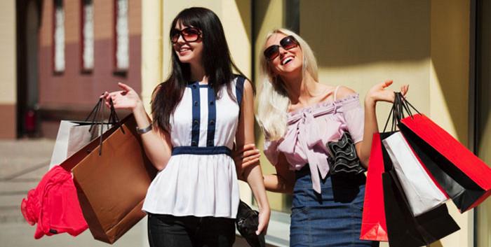 Cô ấy mua sắm nhiều chỉ vì đang là mùa giảm giá:
