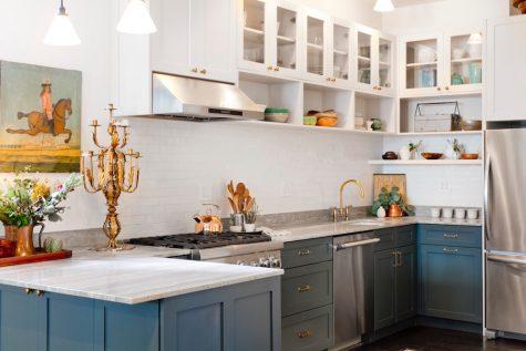 Thêm màu xám và màu xanh sẽ khiến cho không gian bếp trở nên độc đáo.