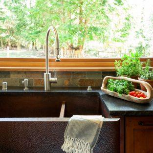 Bồn rửa nhà bếp với thiết kế dài hơn và được làm từ những vật liệu không gỉ là sự lựa chọn hoàn hảo cho không gian bếp.