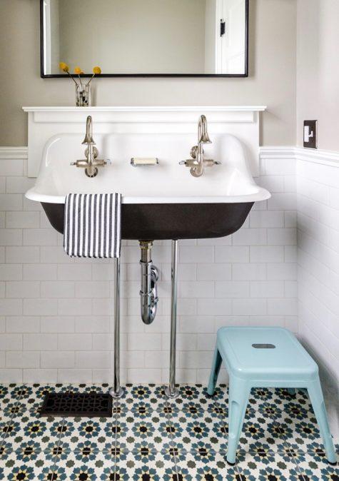 Bồn rửa tay thiết kế rộng và sáng màu là lựa chọn tốt cho không gian phòng tắm của bạn.