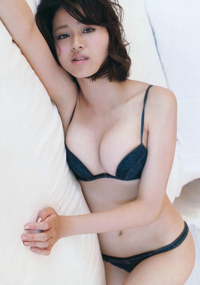 Năm 2009, khi còn học đại học, Suzuki đã được chọn là Người đẹp áo tắm của Toray.