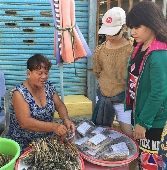 Khách du lịch mua hải long, hải mã khô ở chợ Hàm Ninh, Phú Quốc
