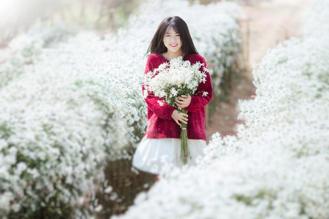 Nổi tiếng với vẻ đẹp trong veo, dịu dàng, nữ tính, hot girl Sài thành được cho là quá hợp với loài hoa tinh khiết này.
