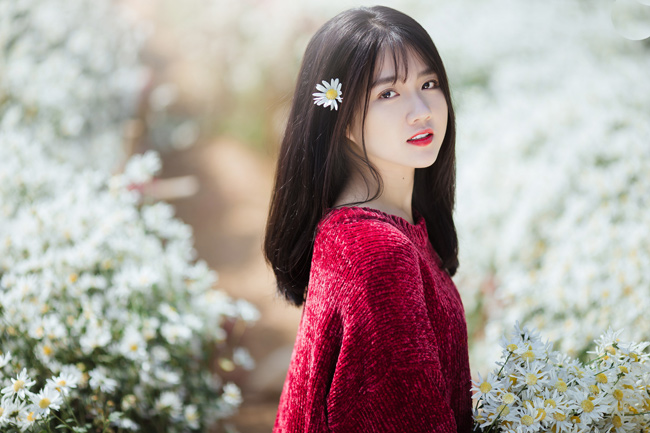 Vẻ đẹp trong trẻo, ngây thơ mà quá đỗi ngọt ngào của Kiều Trinh nổi bần bật trên nền hoa trắng xóa.