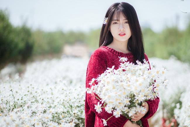 """Chọn cho mình chiếc áo len rực rỡ, Kiều Trinh càng trở nên xinh đẹp và cuốn hút hơn bên loài hoa """"báo đông""""."""