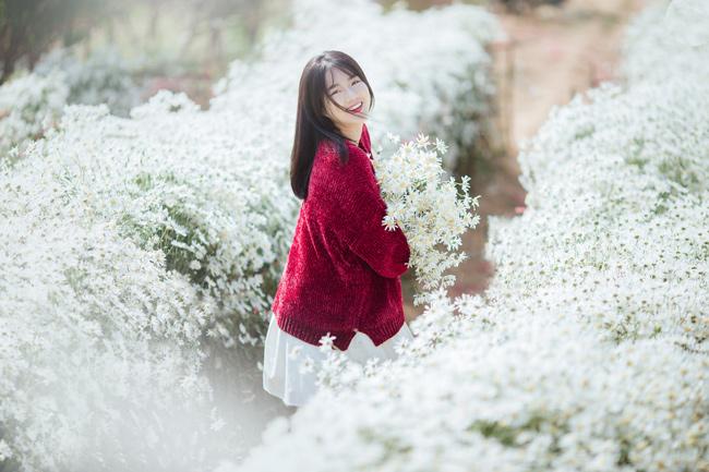 Khoảnh khắc thiếu nữ mặc áo dài đỏ, đẹp ngọt ngào tạo dáng giữa vườn đào Tết được dân mạng hết lời khen ngợi.
