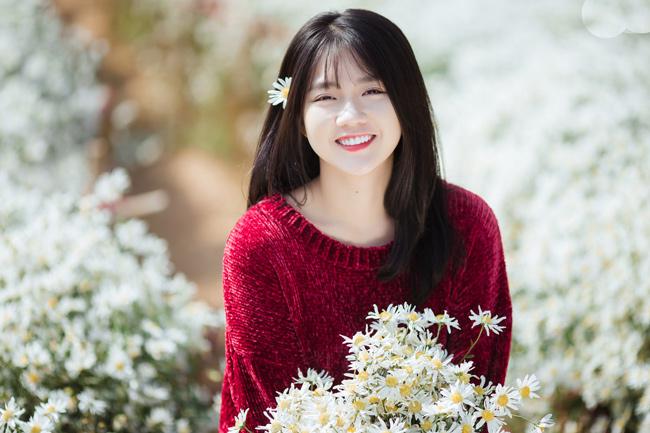 Đứng cạnh bất cứ loài hoa nào, hot girl Sài thành cũng xinh đẹp và nổi bật.