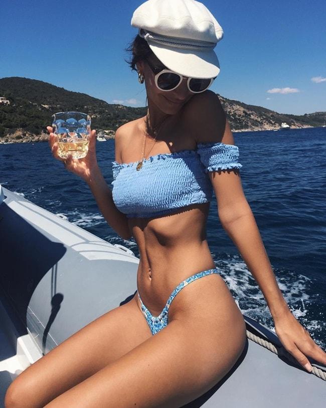 Emily Ratajkowski là một người mẫu đồ tắm nổi tiếng trên mạng xã hội. Trang cá nhân của cô hiện tại đã có gần 16 triệu người theo dõi. Mới đây, tạp chí Harpersbazaar đã chọn ra những khoảnh khắc đẹp nhất của Emily trong những bộ đồ tắm gợi cảm.