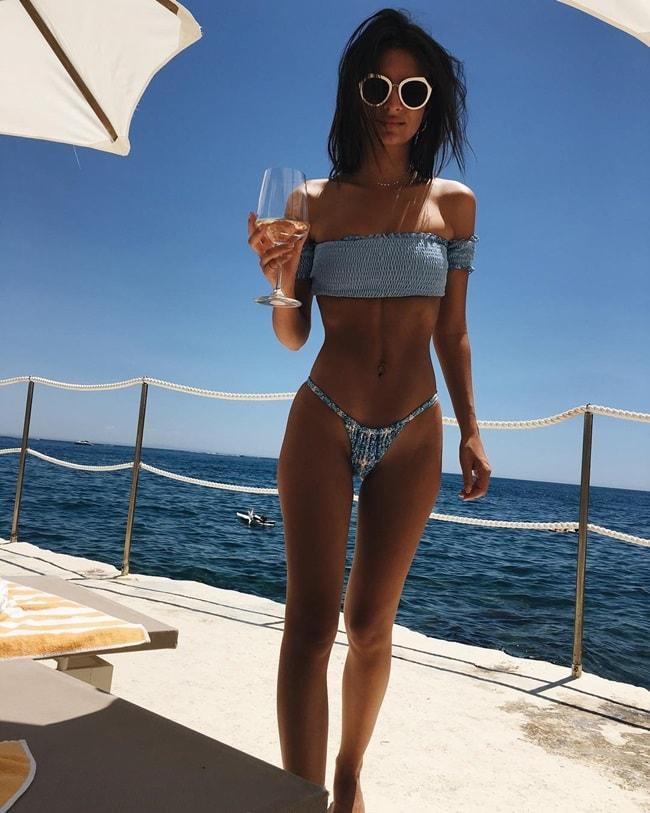Bức ảnh này được chụp trong một chuyến đi nghỉ cuối tuần của Emily. Cô mặc một chiếc áo crop top vừa vặn một gang tay và quần bơi siêu nhỏ, tạo dáng trên du thuyền. Bức ảnh có 930,923 lượt thích.
