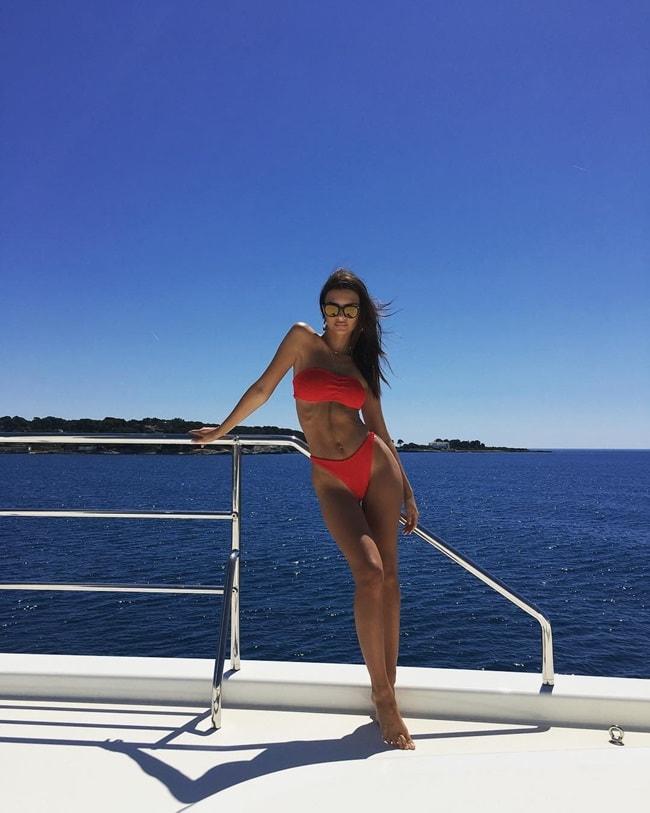 Cách đó không lâu vào tháng 5, Emily cũng có một bức ảnh trên du thuyền với bộ bikini màu đỏ. Bức ảnh thu hút hơn 700 ngàn lượt thả tim.