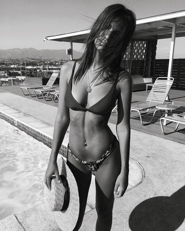 Bức ảnh đen trắng làm lộ rõ đường cơ bụng giữa tuyệt đẹp của Emily. Khoảnh khắc này được lưu lại tại thành phố biển California.