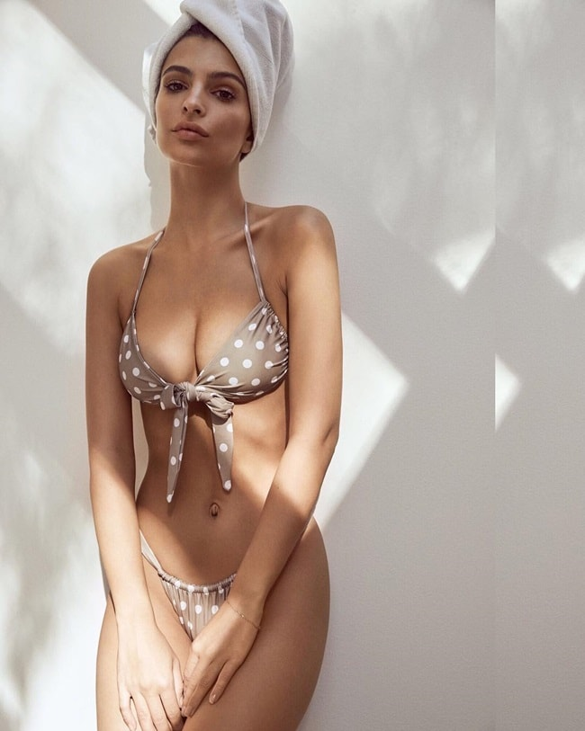 Họa tiết chấm bi trên nền màu pastel của bộ bikini mà Emily đang diện có vẻ khá lạ lẫm. Đây cũng là một trong những bộ đồ tắm nằm trong chiến dịch quảng cáo hồi cuối năm nay của cô.