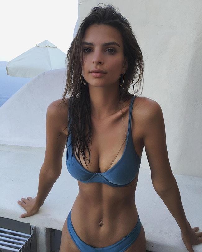 Bộ bikini có gọng màu xanh độc đáo này khiến cho các cô gái phát cuồng và săn tìm ngay khi được đăng tải. Bức ảnh được chụp trong một kì nghỉ tại Hy Lạp của Emily.