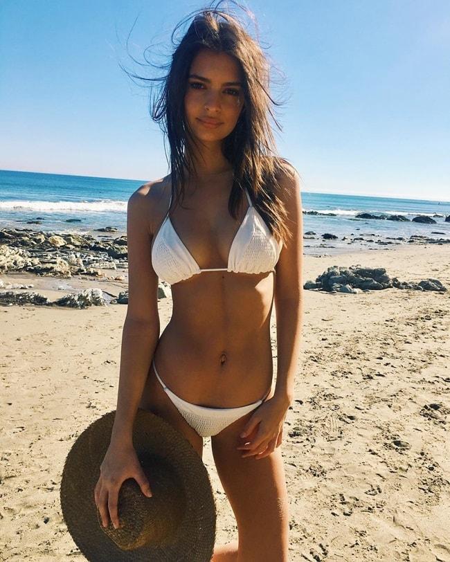 Người hâm mộ nhận xét rằng, Emily xinh đẹp nhất là trong những bộ bikini đơn giản và cổ điển, ví dụ như bộ bikini màu trắng này.