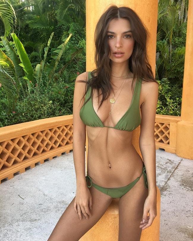 Cô rất thường xuyên dùng vòng cổ và phụ kiện dành cho trang phục bơi, là những sợi xich nhỏ. Đây là bí quyết giúp cho các bạn gái trở nên gợi cảm hơn khi diện bikini.