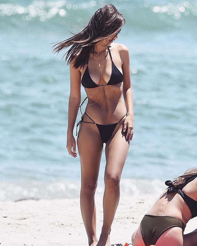 Khoảnh khắc tự nhiên ghi lại sự gợi cảm của Emily trong bộ bikini đen quyến rũ.