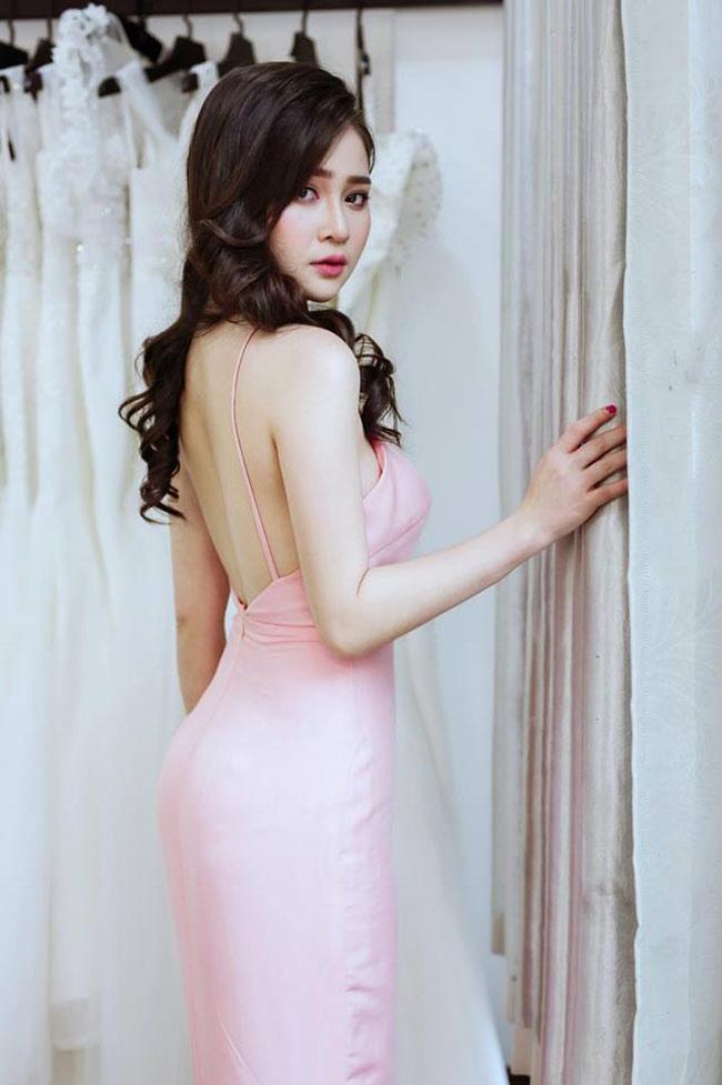 Hot girl Đà Nẵng biết cách khoe lợi thế ngoại hình bằng những trang phục gợi cảm.
