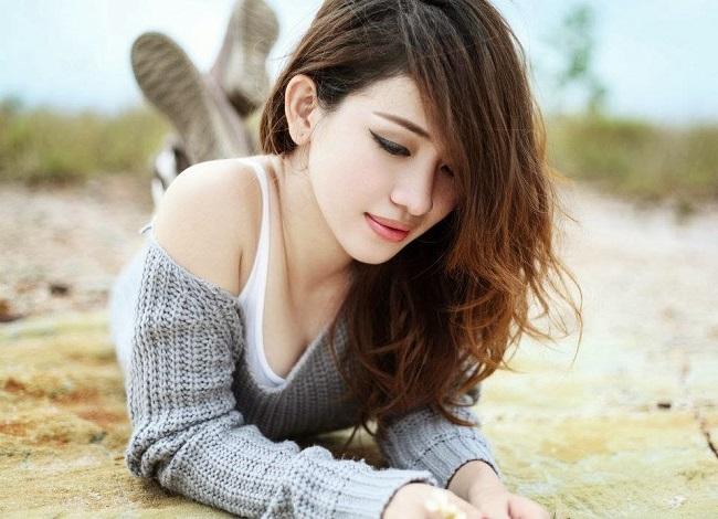 Cô thu hút lượng lớn người hâm mộ nhờ gương mặt xinh đẹp, thân hình thon thả.