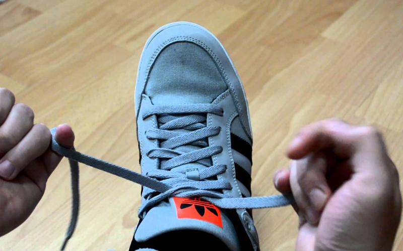 """Việc buộc dây giày là một nghệ thuật với muôn hình vạn trạng biến hóa trong phong cách và chẳng hề dễ dàng như """"a piece of cake"""" mà chúng ta vẫn thường nghĩ."""