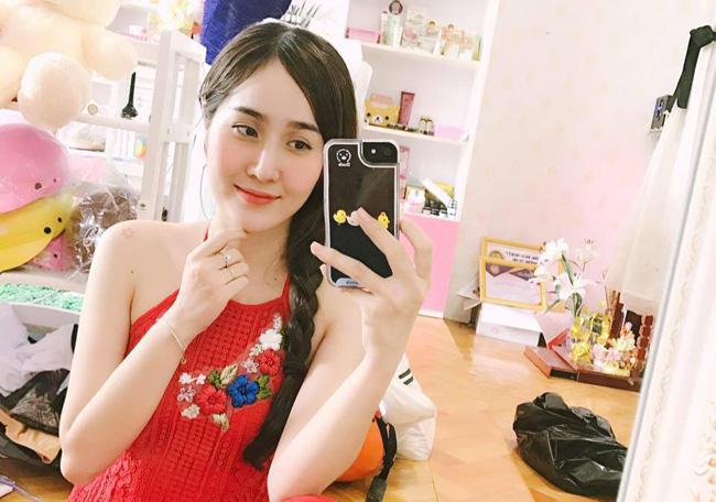 Cô giáo mầm non gây chú ý bởi nhan sắc xinh đẹp này là Nguyễn Kiều Trang (sinh năm 1991, Bến Tre).