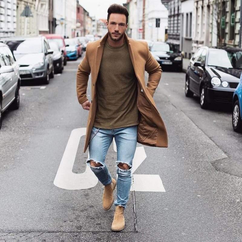 Xuống đường cùng một đôi Chelsea Boots nâu sẽ khiến bạn trông năng động và trẻ trung hơn.
