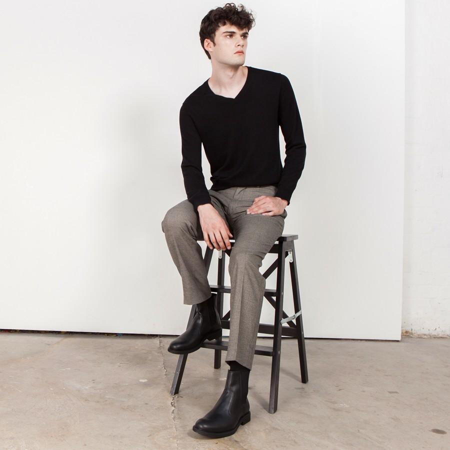 Phong cách London luôn gắn liền với Chelsea Boots đen