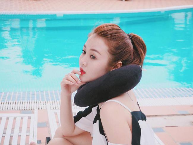 Phong cách thời trang của hot girl Gia Lai khi đi đóng phim hài khá giản dị.